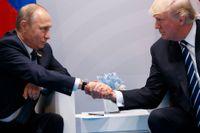 President Donald Trump och Vladimir Putin skakar hand i samband med G20-mötet i Hamburg i juli förra året. Arkivbild.