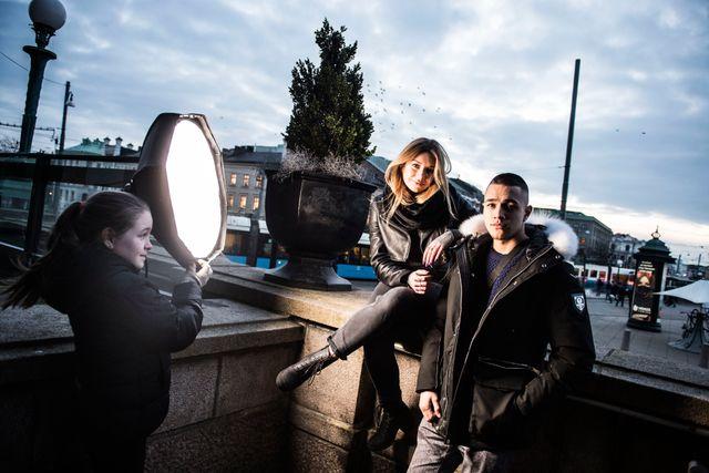 Juniorreportern Hanna fick sköta ljuset under fotograferingen.