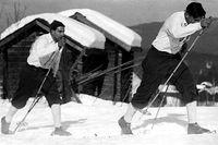 """Nils """"Mora-Nisse"""" Karlsson på väg mot segern i Vasaloppet 1948. Den skuggande Anders Törnqvist blev tvåa."""