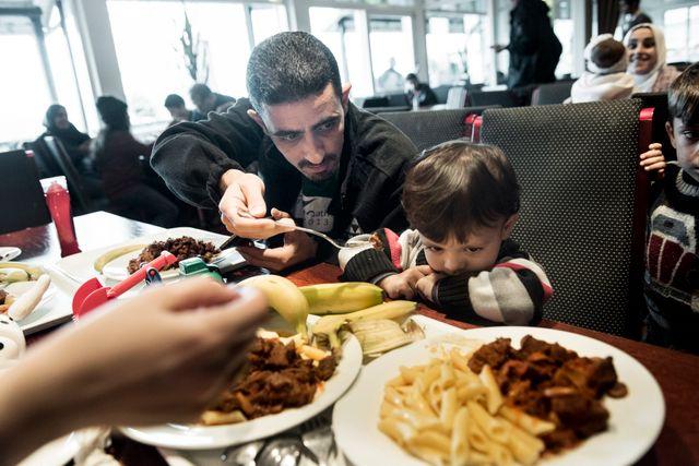 Tarek Swirakly försöker få sin son, Ziad, att äta på flyktingförläggningen.