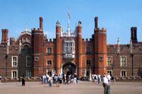 Hampton Court Palace är trots sina omfattande till- och ombyggnader – fortfarande är ett fascinerande titthål in i 1500-talets överklassliv.