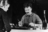 August Strindberg och Siri von Essen spelar bräde med en flaska på bordet – måhända med bourgognevin i?