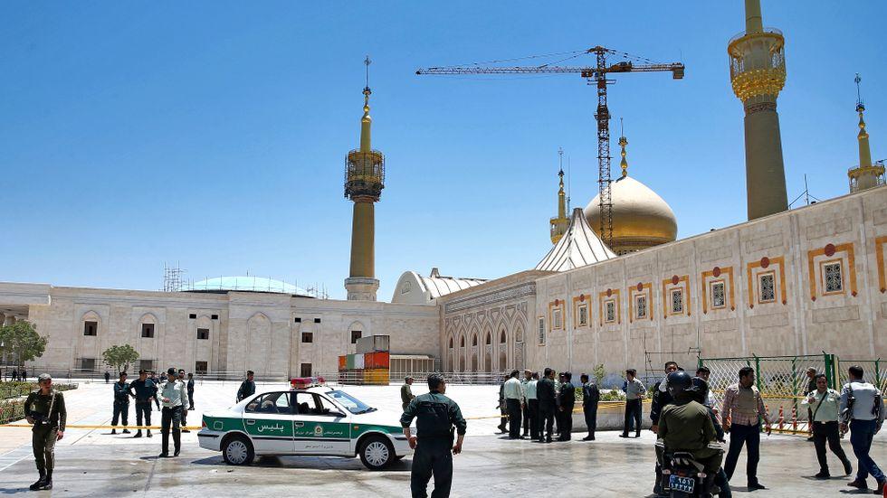 En självmordsbombare utlöste sin sprängladdning i ayatolla Khomeinis mausoleum i Teheran i samband med två koordinerade attentat i staden den 7 juni. Arkivbild.