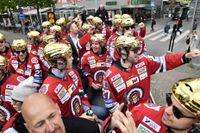 Frölundaspelarna på väg till Götaplatsen för att fira SM-guldet med fansen.