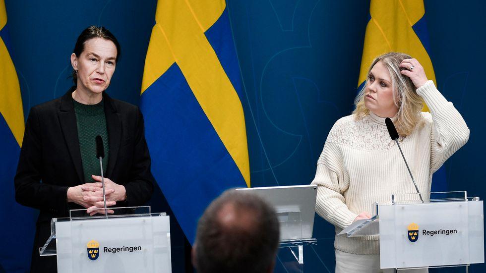 Socialstyrelsens generaldirektör Olivia Wigzell och socialminister Lena Hallengren (S).