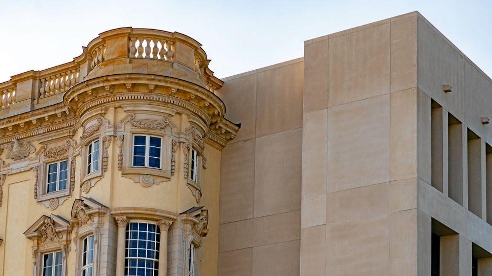 Humboldt Forums södra barockfasad möter den östra avskalat moderna fasaden.