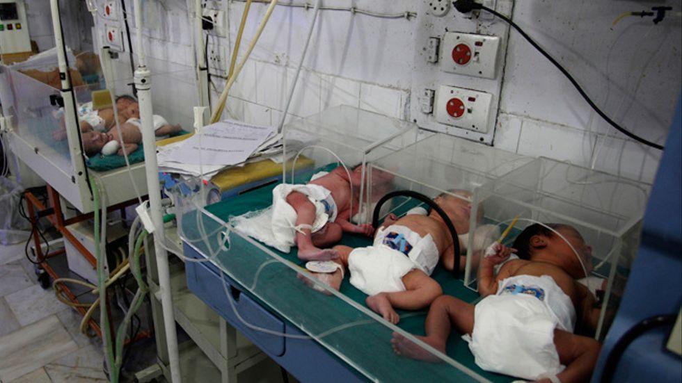 Nyfödda sover på ett sjukhus i Lahore, Pakistan.