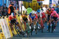 Dylan Groenewegen, i gult, prejar Fabio Jakobsen, till vänster, och orsakar en svår olycka. Nederländaren dödshotades efter kraschen i augusti.