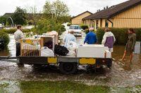 Bohag räddas från en översvämmad bostad i Getinge.