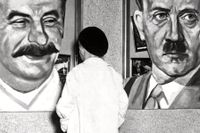 Affischer på Josef Stalin och Adolf Hitler.