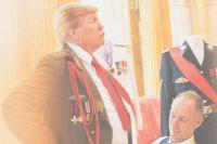 """Det finns reportagebilder från presidentens besök hos olika militärförband där han med förtjusning visar upp sig i diverse uniformer. """"Ja, han har ju något av en liten diktator över sig, någonstans mellan Mussolini och Chaplin"""", säger Alison Jackson. (This is not Donald Trump)"""