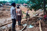 Räddningsarbetare söker efter saknade personer efter ett jordskred i samhället Cigudeg i västra Java.