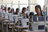 Indiska arbetare i en textilfabrik i Hyderabad.