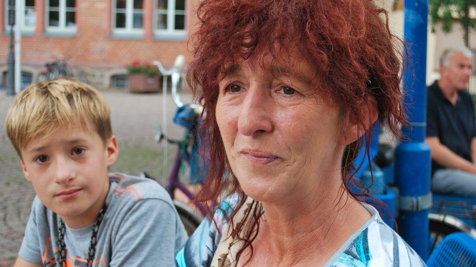 """Carsta Engel som besöker AfD:s valmöte tillsammans med 13-åriga sonen Nico säger att de etablerade partierna struntar i """"vanligt folk""""."""