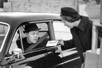 På Radiohusets parkering 9 december 1968 delar bilkåristen Maj-Britt Grängsjö ut tackkort till de bilister som använder bilbälte och säkerhetsmedvetne Sven Johansson från Lidingö får ett.