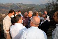 Syriens ledare Bashar al-Assad träffar branddrabbade under ett besök i provinsen Latakia.