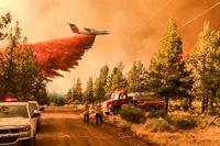 Det brinner på flera håll i Oregon. Här är brandflyg i gång vid den mindre Grandviewbranden på söndagen.