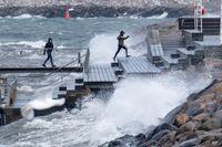Stormspaning på Scaniabadet i Malmö vid lunchtid på fredagen när de kraftiga vindbyarna drog in över Skåne.