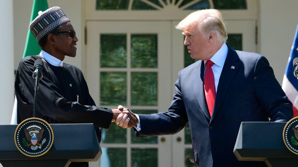 President Donald Trump och hand nigerianske kollega Muhammadu Buhari skakar hand under presskonferensen utanför Vita huset.