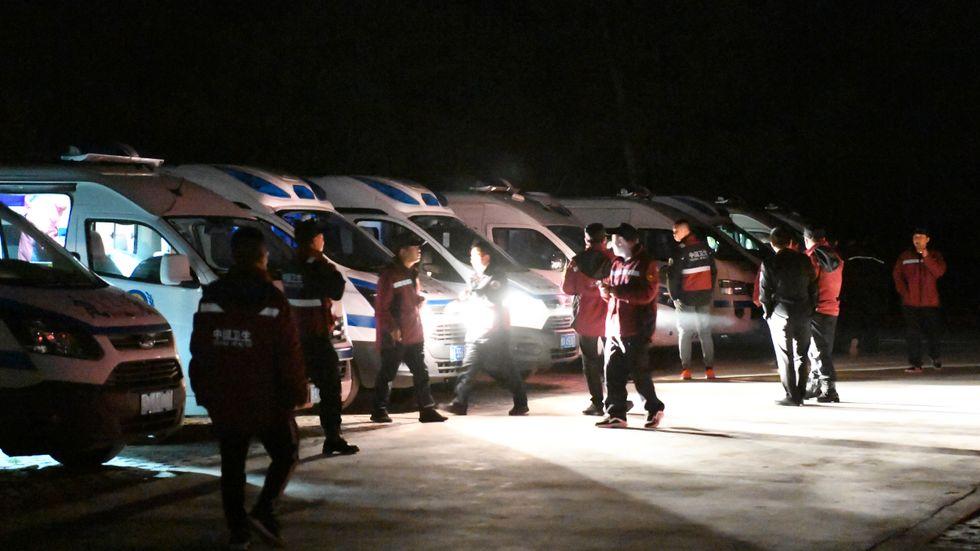 Räddningspersonal mobiliserades under natten för att rädda löparna ute i spåret vid staden Baiyin i nordvästra Kina.
