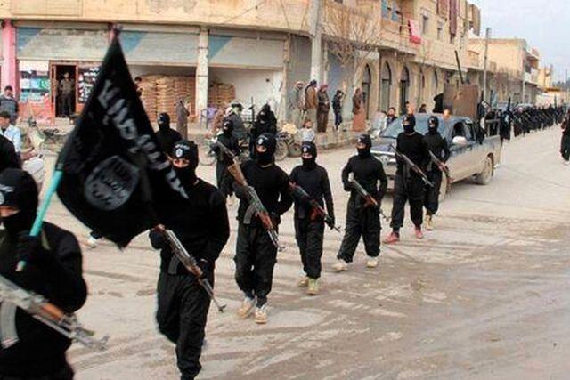 IS-krigare marscherar i Raqqa, Syrien.