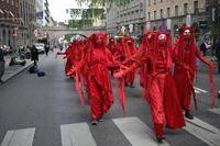 Klimataktivister från Extinction Rebellion stoppar trafiken på Kungsgatan i Stockholm.