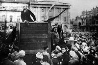Från en provisorisk talarstol håller Lenin tal till folkmassorna i S:t Petersburg.