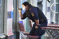 Tre personer skadades när en pizzeria besköts i Upplands väsby norr om Stockholm. En vecka tidigare sköts en man i i huvudet i samma kommun.