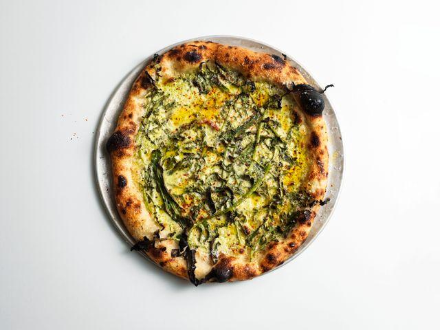 Napolitansk pizza på 800 Grader, där  inspirationen även kommer från Rom och New York.