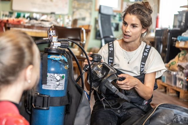 Ostrondykaren Lotta Klemming visar all utrustning som behövs när man ska dyka efter ostron.