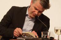 Durs Grünbein föddes 1962 i Dresden och är sedan 1986 bosatt i Berlin. Han är verksam som poet, översättare och essäist. 2012 tilldelades han Tomas Tranströmer-priset.