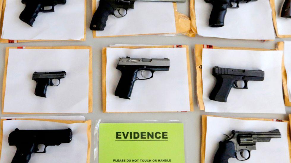 Illegala vapen som beslagtagits i Chicago. Arkivbild.