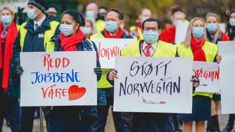 Anställda i Norwegian protesterar utanför Stortinget efter att norska regeringen beslutat om att inte stötta flygbolaget med fler pengar.