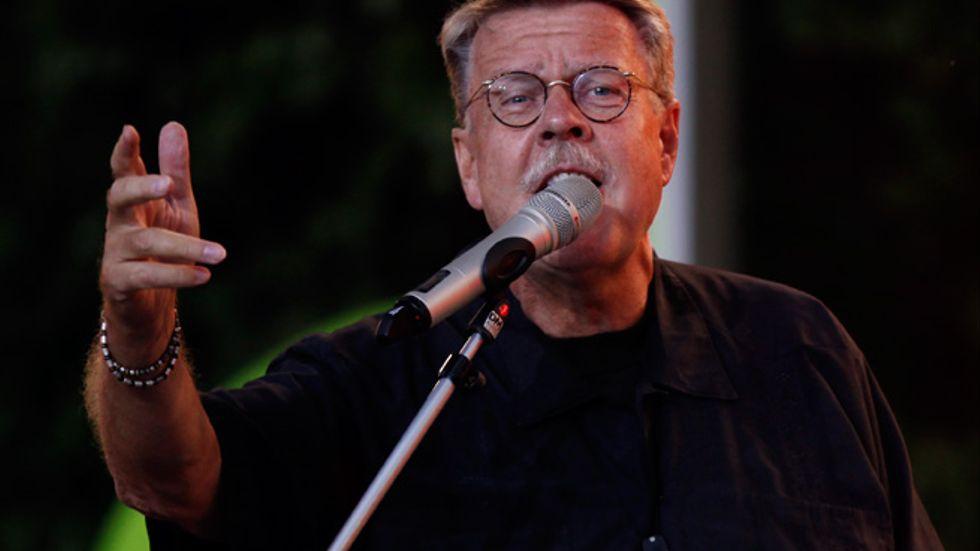 Mikael Wiehe vid ett framträdande under Allsång på Skansen 2010.