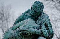 """Gustav Vigeland (1869-1943) är en av Norges mest framstående konstnärer. """"Man med kvinna i famnen"""", 1906, är en av åtta skulpturer som finns i Thielska galleriets park."""