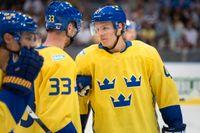 Hampus Lindholm (höger) missar VM på grund av handskadan. Arkivbild.