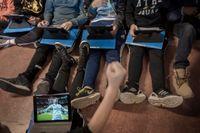 Många barn spelar hellre fotboll på skärmen än i verkligheten. När forskare satte en accelerometer på barn visade det sig att de i snitt sitter still nära tre fjärdedelar av sin vakna tid.