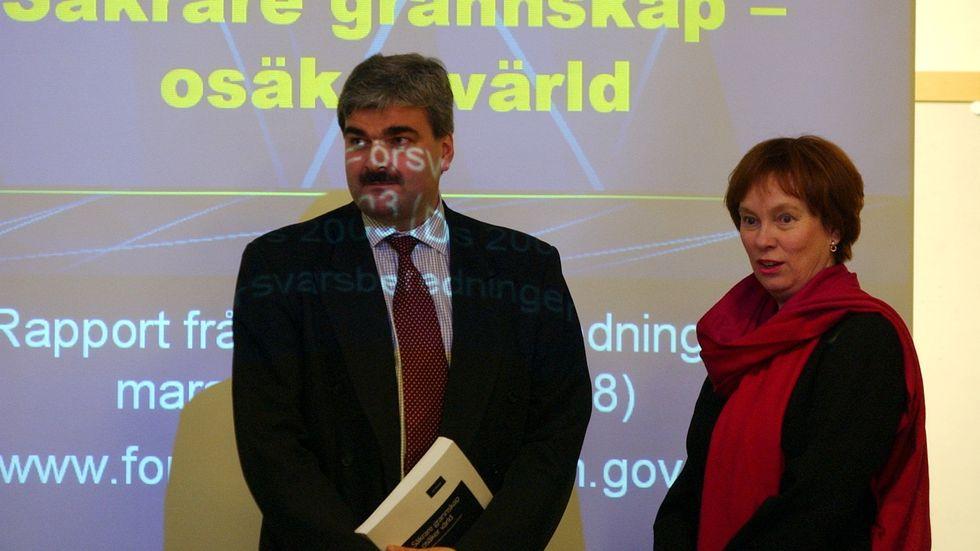 """Mars 2003. Försvarsberedningens rapport """"Säkrare grannskap – osäker värld"""" lämnas av dåvarande ordförande i försvarsberedningen Håkan Juholt till dåvarande försvarsministern Leni Björklund."""