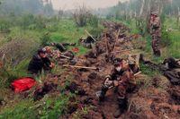Frivilliga vilar i nordöstra Sibirien efter att ha grävt branddiken i hopp om att hejda eldens framfart.