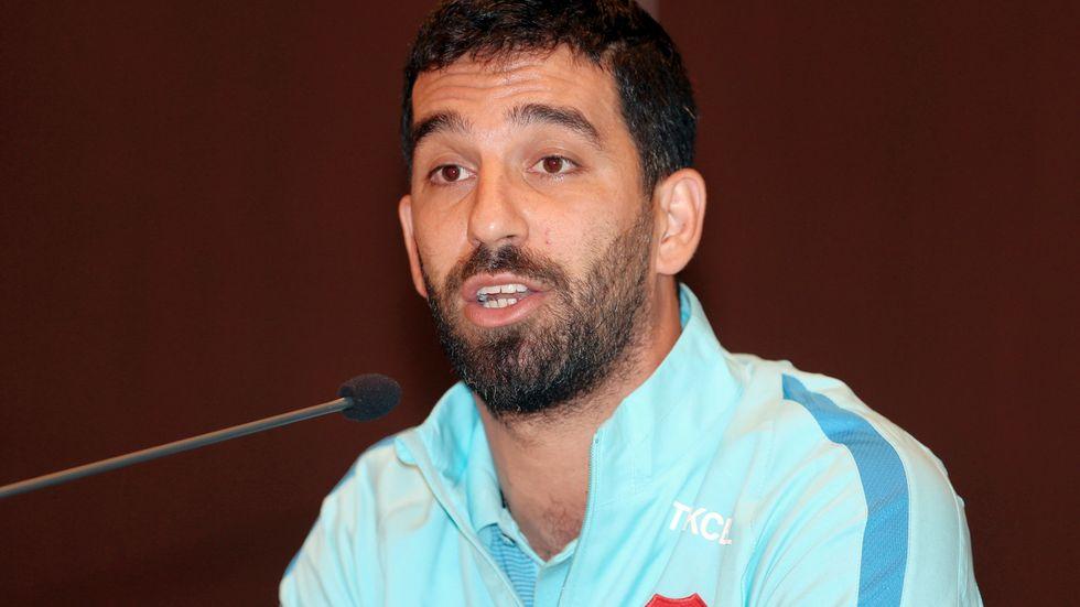 Barcelona mittfältare Arda Turan avslutar sin landslagskarriär efter att ha bråkat med en journalist.