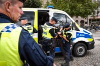 En dansk demonstrant omhändertas i Malmö.