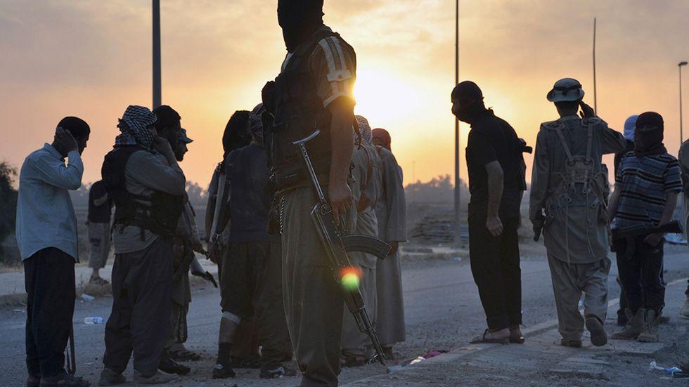 IS-jihadister vid vägpost i irakiska Mosul i juni.