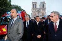 Frankrikes premiärminister Edouard Philippe, till vänster, besöker Notre-Dame tillsammans med president Emmanuel Macron.