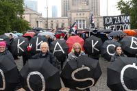 Kvinnor i Warszawa protesterar mot politikernas försök att ytterligare skärpa abortlagstiftningen i landet. Bilden är från i oktober.