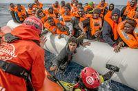 En bild från Libyens kust i februari där spanska hjälparbetare hjälper flyktningar.
