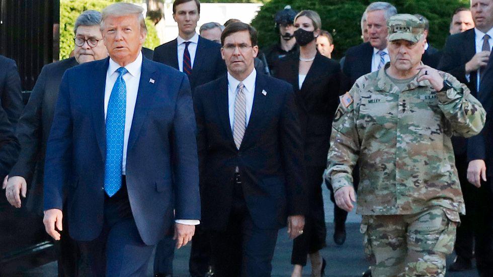USA:s president Donald Trump, försvarsminister Mark Esper och general Mark Milley på promenad den 1 juni. Arkivbild.