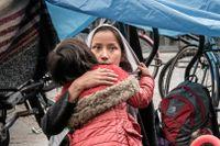 Masoomeh Khawari får en kram av sin dotter Bahara. Sonen Mahdy sitter på leksaksbilen.