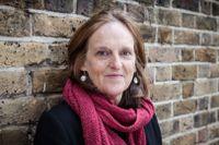 """Tessa Hadley är en flerfaldigt prisbelönad engelsk författare. Hennes senaste roman, """"Sent på dagen"""", gavs ut 2019."""