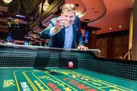 Lennart Käll kastar tärning på Svenska Spels kasino i centrala Stockholm.