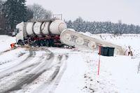 Släpet på en bulklastbil välte över vägen mellan Sjöbo och Äspered under onsdagsmorgonen. Ingen person skadades i olyckan.